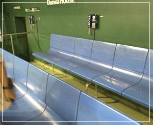 「東京ドームダンジョンからの脱出」にて、三塁側ベンチ。あのへんに昨日金本が座ってました。