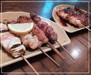 飯田橋「萬月」にて、塩とたれの焼き鳥盛り合わせ。