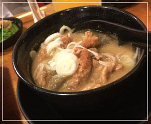 西船橋「ジンギスカン佐藤」にて。もつ煮込みは王道な感じの味噌味でした。美味しい♪