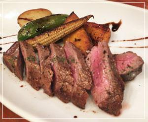 後悔無しの美味しさだった「ブラックアンガス牛のフランクステーキ」。野菜もだんなと半分こして食べました。