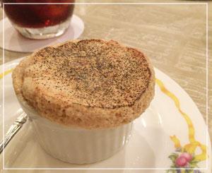 今月のスフレはアールグレイ。相変わらず……美味しいけど甘いんです、これが……。