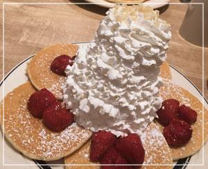 朝からバボーンとホイップクリーム。「Eggs 'n Things」の迫力パンケーキ。