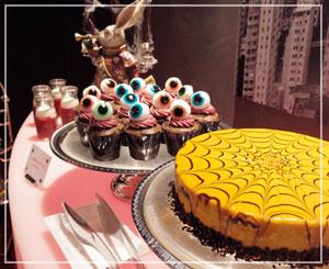 「目玉のカップケーキ」&「スパイダーネットケーキ」。きれいきれい。