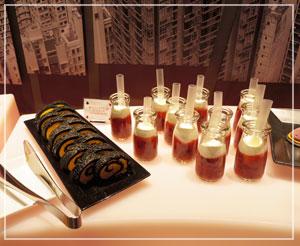 ビビッドカラーの「パンプキンの黒ロールケーキ」と、ストローついているのは「苺とブラックタピオカドリンク」。