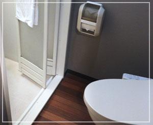 便器の向こうにシャワールームへの扉が。