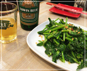 新橋「台湾麺線」にて。日本の豆苗とは全く違う、このワサワサっぷり。