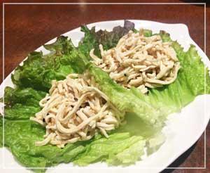 錦糸町「苓々菜館」にて。一見鶏肉だけど、豆腐です。