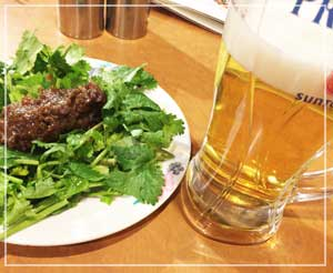 「台南担仔麺」にて、定番の香菜肉みそ乗せ。あとビール!