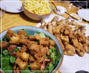 揚げ物祭りの夕御飯。テーブルは茶系のグラデーション……。