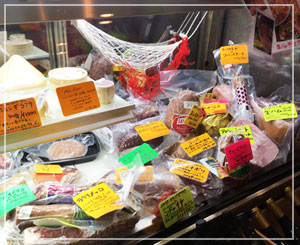 ROSSO RUBINOのお肉とチーズのショーケース。全体的にイタリア!