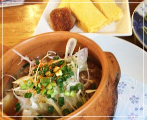 豆腐入りのモツ煮込みと、優しい味の出汁巻き玉子も。