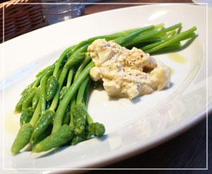 つくしっぽい外見の不思議な野菜は、大人の味のタルタルソースで。