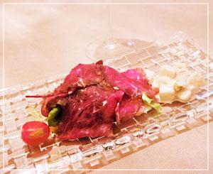 スプマンテと一緒に、赤身が美味しい短角牛のサラダでスタート