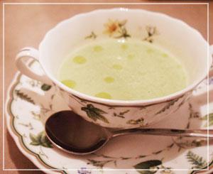 グリーンピースのスープ。色も風味も春の味。