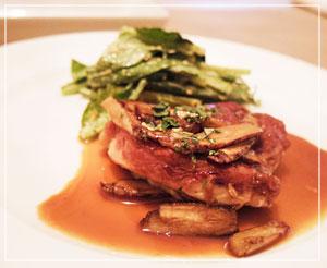 優しい味のごぼうのソースと、奥の小松菜のサラダもまた美味しかったサルティンボッカ。