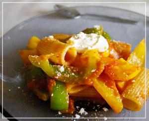 パプリカたっぷりのリガトーニは、上にマスカルポーネチーズを少し。