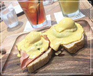 「SALTY SUNNY BONDI CAFE」のエッグスベネディクトは、アボカドペーストつき。