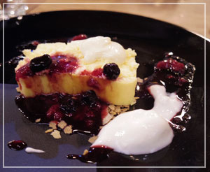 ベリーソースたっぷりのホワイトチーズケーキはふわふわ食感、2種のソース。