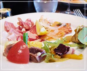 前菜は華やかに、生ハムサーモン、サラダ類。