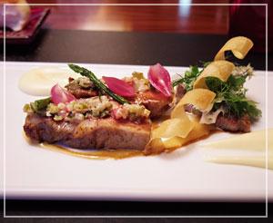 メインの豚肉は酸味のある刻み野菜のソースで。