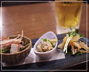 有楽町「シンパチキング」にて。日本酒に合う先附を、でもまずはビールから。