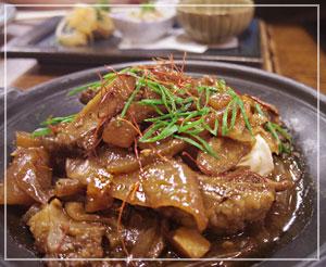 大きな牛すじに、その下には豆腐も2切れ。こっくり味で美味しい煮物でした。