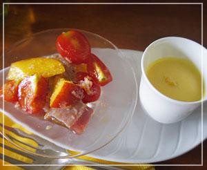 ネクタリンとトマトの組み合わせが素敵な、マグロのサラダ仕立て。つめたい野菜のスープと。