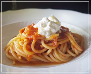 3種のトマトを使ったパスタはほんのりピリ辛味。