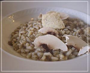 なんと米と同量のマッシュルームが入るリゾットは、トリュフが香るチーズと共に。
