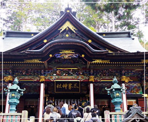 拝殿はこの混雑。観光バスも大量にやってきていたのでした。
