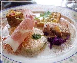 パテやハム、ピクルスなどが色々乗って嬉しい前菜皿。
