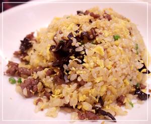 安定の美味しさ、萬珍樓點心舗にて私は牛肉ニンニク炒飯を。