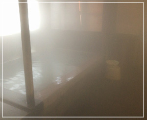 「蔵王おおみや旅館」の味わい深い木造風呂。露天の季節にまた来たい。