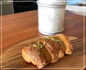 「breadworks」のピスタチオ入りのチョコデニッシュ。ほんのり春の味っぽい?