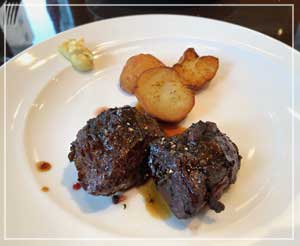 ビストロの定番メニュー、バベットステーキも良い焼き具合。