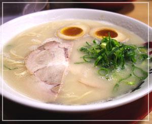 白いスープはどこか上品でクリーミー、「長浜ナンバーワン」。