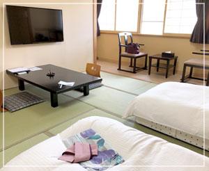 マットレスを敷いたローベッド状態のお布団、広々としたお部屋。
