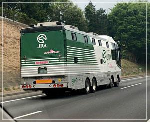 帰路にて、だんなが「馬運車だー!」と喜んでました。