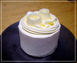 夜の危険なおやつは、お値段1080円のバターケーキ。ギルティ……!