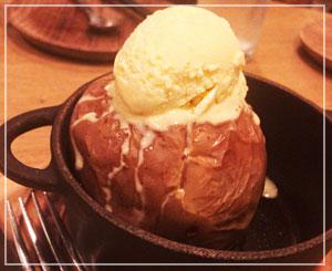 焼きりんごは、どーんと1個鋳鉄鍋に。