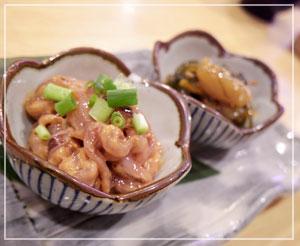 神田「かぐら」にて、今日の珍味は塩辛と松前漬け。どっちもおいしー♪