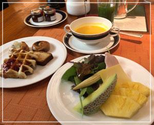 今朝のスープはパンプキン、野菜やフルーツも盛り盛りで。