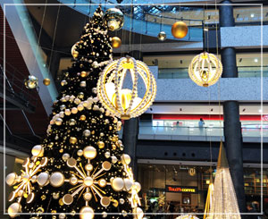 グランフロントのクリスマスツリー。今年は白っぽいツリーを多く見る感……?