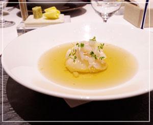 前菜2皿めはちょっと和風めなコンソメスープ。