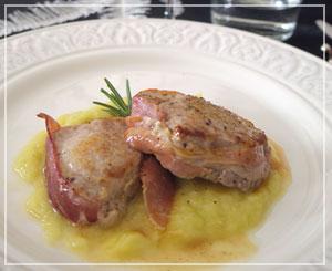 贅沢にスペックを巻いてソテーした豚フィレにはポロ葱たっぷりソースで。