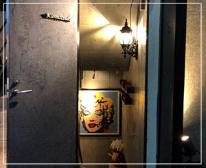 麻布十番「釜津田」。マリリンモンローが出迎える地下への階段。