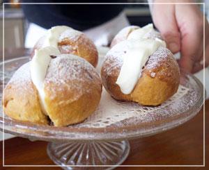 ホイップクリームをたーっぷり詰めた菓子パン、マリトッツォ。実は今日一番のお楽しみでした。