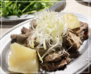 この店の煮込みは鹿と猪のスジ肉使用で、独特の風味、シンプル塩味。