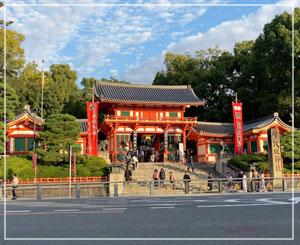まだお参りしたことはない八坂神社。夕陽に照らされてとても綺麗でした。