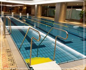 さあ泳げ!という感じのプール。高級ホテルでこのノリは珍しいな……。